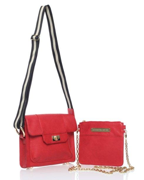 La Hamptons en rojo espectacular. La carterita pequena va dentro de la mas grande. Super Clever!