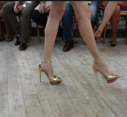 Los Zapatos, noten el detalle de la plataforma estampada en flores.♥